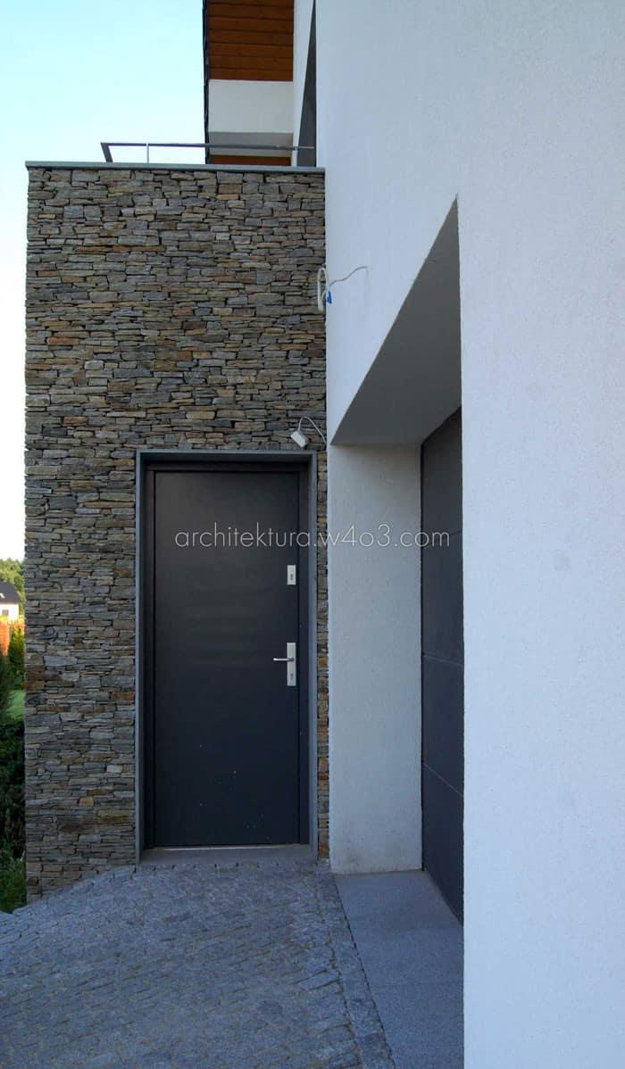 dom jednorodzinny 03 widok drzwi boczne garaż